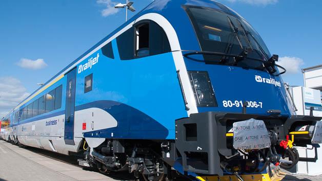 Siemens konnte für seinen Railjet nach der ÖBB auch die Tschechische Bahn CZ als Kunden gewinnen. Die bewährte Aufteilung in Lok und Wagen bedeutet für die Fahrgäste angenehme Laufruhe, im Gegensatz zu surrenden Thyristoren oder wummernden Dieselaggregaten vieler Triebwagen.