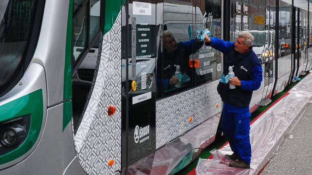 Messevorbereitung: Diese Stadtbahn von Skoda wird gerade auf Hochglanz gebracht. Auf der Messe sind viele Fahrzeughersteller aus Osteuropa präsent.