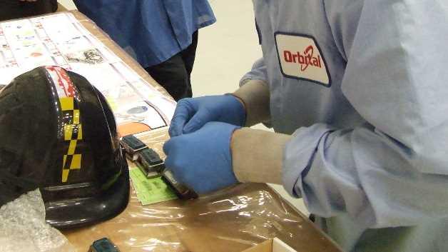 Die MSR-Datenlogger werden von Mitarbeitern der Firma Orbital Sciences Corporation in Houston, Texas, für die Installation auf dem Cygnus Raumfrachter bereitgestellt.