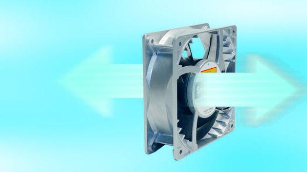 Richtungswechsel gewünscht Reversierbare Axiallaufrad-Lüfter hat Telemeter für Anwendungen entwickelt, bei denen  umkehrbare Strömungsrichtungen gefordert sind. In beide Richtungen wird der  gleiche Luftstrom durch winkelgleiche und mittig platzierte Flügel erreicht. Vorteile dieser Lüfter sind z.B. der hohe Wirkungsgrad bei unterschiedlichen  Strömungs- und Dreh-Richtungen und der leise Betrieb bei gleichzeitig hoher  Effizienz und hohem Druck. Zudem erhält man den gleich hohen Luftstrom in beiden Laufrichtungen. Der Richtungswechsel wird über die PWM-Steuerung umgesetzt,  ferner ist dadurch die individuelle Regelung der Luftleistung möglich. Typische Anwendungen dafür sind Trocknungsanlagen für Holz oder Ziegel, in Druckanlagen z.B. zum Ansaugen oder Wegblasen von Papierbögen, in Anlagen die  zeitweise gereinigt werden müssen sowie in Tunnelventilation.  Telemeter, www.telemeter.de, Halle A1, Stand 425 und Halle B1, Stand 374.