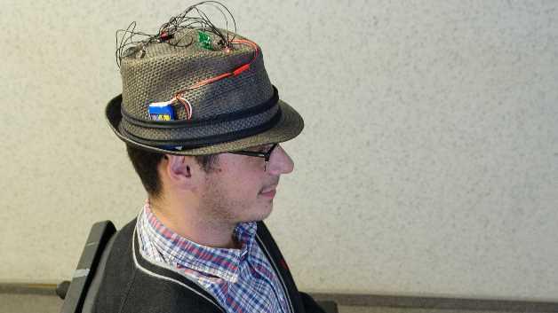 Mit der Hutsteuerung für Elektrorollstühle erhalten Querschnittgelähmte eine ganz neue Möglichkeit der selbsständigen Fortbewegung.