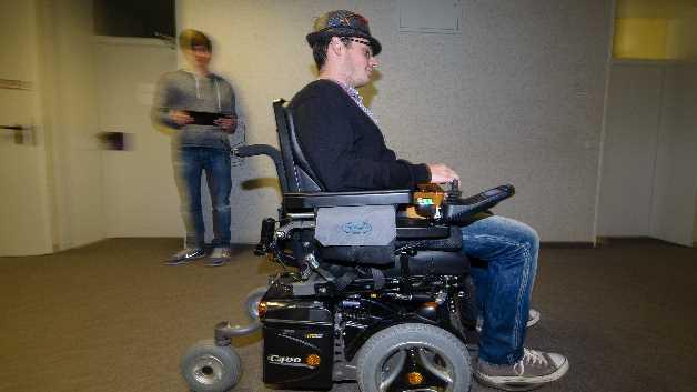 Der Rollstuhl fährt nach links, wenn der Fahrer seinen Kopf nach links dreht, er beschleunigt nach kurzem Nicken, wird langsamer, wenn der Kopf leicht zurückgelegt wird, und kommt so auch zum Stehen. Ein erneutes Zurücklegen des Kopfes, nachdem der Rollstuhl gestoppt hat, löst den Rückwärtsgang aus.