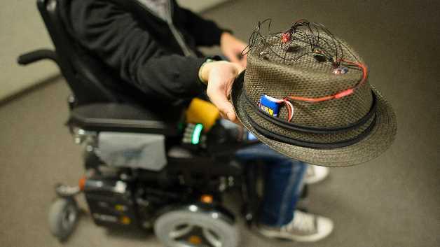 Die Drehratensensoren ermitteln ständig, um welchen Winkel sich Kopf und Rollstuhl drehen, die Beschleunigungssensoren messen vor allem, in welche Richtung sie selbst geneigt werden. Beide Sensoren arbeiten dabei zusammen und stimmen letzte Feinheiten ab.