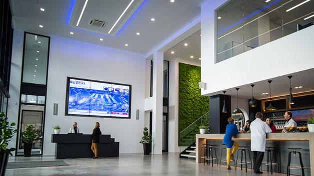 Der Eingangsbereich lädt ein zur Kommunikation, eignet sich aber auch super als Party-Location.