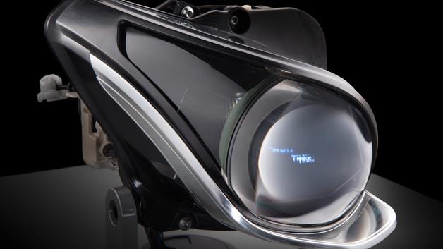 Durch die völlig frei konfigurierbare Lichtverteilung können erstmals sämtliche Funktionen des Intelligent Light Systems im Abblend- und Fernlichtbetrieb rein digital und ohne mechanische Aktorik dargestellt werden.