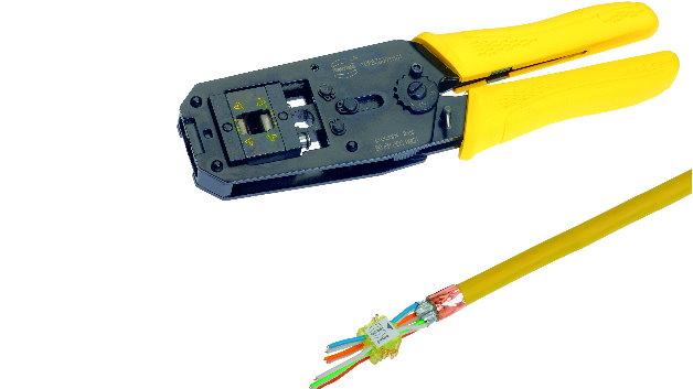 Bei preLink handelt es sich um keine werkzeuglose Anschlusstechnik. Denn preLink benötigt eine spezielle Montagezange. Allerdings gestaltet sich der Anschluss einfach: In einem Arbeitsgang werden alle acht Adern in die IDC-Kontakte mit exakt dem gleichen Druck eingepresst und Überlängen der Adern werden abgeschnitten, so dass keinerlei Nacharbeiten notwendig sind.