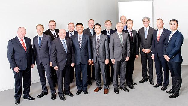 Siemens meldete im Geschäftsjahr 2014 rund 4300 Patente an. Dabei gehen über 900 Patente auf die Kappe von 12 Forschern. Sie wurden nun in München als »Erfinder des Jahres 2014« ausgezeichnet. Zudem will das Unternehmen rund 400 Millionen Euro zusätzlich für Forschung und Entwicklung (F&E) ausgeben. Im letzten Geschäftsjahr hat Siemens etwa vier Milliarden Euro in F&E investiert. Zum Erfolg beigetragen haben zwölf Siemens-Forscher und -Entwickler, die zusammen für über 900 Erfindungen und 842 erteilte Einzelpatente verantwortlich sind.