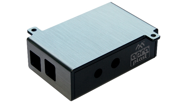 Individuelle Gehäuse für »Raspberry Pi«-Computer, die in industriellen Bereichen Anwendung finden, zeigt Apra-Plast (Halle 2, Stand 351) auf der Messe. Jedes Gehäuse wird nach Kundenwunsch konzipiert und gemäß den spezifischen Maßen und Vorgaben, z. B. bezüglich der Zugänglichkeit von Anschlüssen, der Unterbringung von Zusatzplatinen und der Befestigungsmöglichkeiten, angefertigt. Auch eine individuelle Gestaltung im Finish ist machbar. Das Gehäuse lässt sich mit einem Aufdruck versehen.