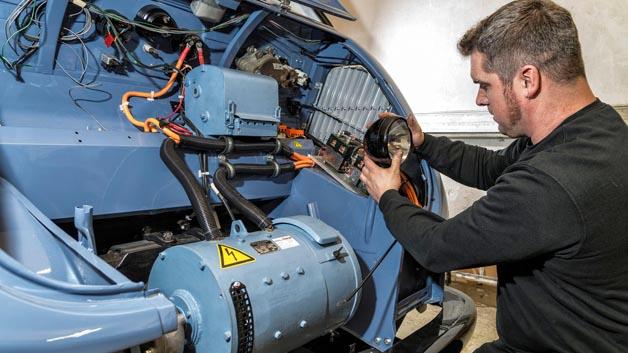 Der fünf Kilowatt starke Antriebsmotor bewegt den DKW Elektro-Schnellaster mit einer Geschwindigkeit von 40 Km/h.