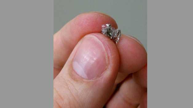 Die neuen Magnetsensoren können wie Papier zwischen den Fingern zerknüllt werden, ohne in ihrer Funktionalität beeinträchtigt zu werden