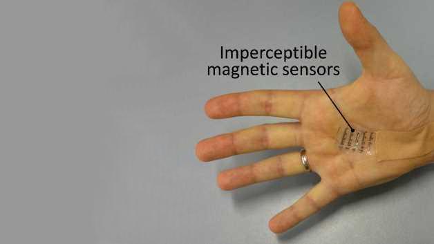 Unauffälliger Magnetsensor auf einer Handfläche. Ein Element ist mit dem Ausleseschaltkreis verbunden