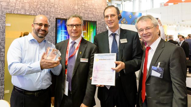 Richard Krowotza (2.v.r.) von der NürnbergMesse überreicht die Gewinnerurkunde an Silicon Labs.