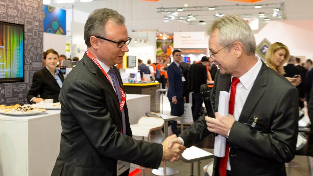 Handshake zum Gewinn des Embedded Awards 2015 in der Kategorie 'Hardware': Tyson Tuttle, Silicon Labs (links), und Prof. Dr. Matthias Sturm