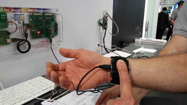 Analog Devices demonstriert ein Wearable zur Körperfettmessung.