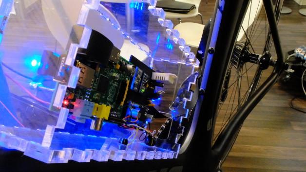 Sensornetzwerk an einem Fahrrad. Jannis Stoppe vom Deutschen Forschungszentrum für Künstliche Intelligenz zeigt, wie man nachweist, dass die Software für das System auch wirklich zuverlässig funktioniert.