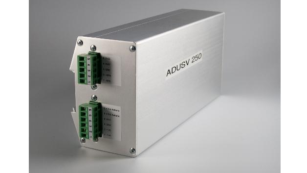 Das Netzteil »ADUSV 250« von Huhn-Rohrbacher ist ein 24-V-Netzteil für die DIN-Schiene, das bei Netzausfall als Online-USV unterbrechungsfrei im Batteriebetrieb weiterarbeitet. Die Netzausfallüberbrückung hängt von der Kapazität der angeschlossenen Batterien (4Ah bis 14Ah) ab. Da das 250-W-Netzteil für Netzfrequenzen von 15Hz bis 63Hz ausgelegt ist, eignet es sich für den Bahnbetrieb mit 16 2/3Hz. Es arbeitet bei einer Umgebungstemperatur von -25°C bis +55°C ohne forcierte Kühlung und ist mit einem Betauungsschutz ausgestattet. Mit enthalten ist auch ein Tiefentladungsschutz für die Batterien.