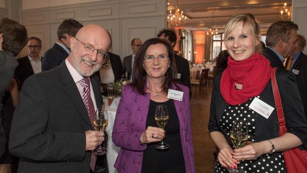Empfang der Gäste (v.l.n.r.): Bernhard Brüne und Elvira Winzenried von Tedatex mit Stefanie Eckardt (Elektronik automotive).