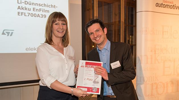 Die Urkunde für den zweiten Platz übergab Elektronik-Redakteurin Andrea Gillhuber an Romain Ricci von STMicroelectronics für den Dünnschicht-Feststoff-Akku EnFilm.
