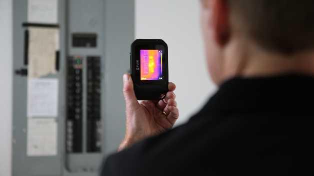 Auch Wärmemuster an elektrischen Anlagen wie etwa Schaltschränken analysiert die C2 sicher