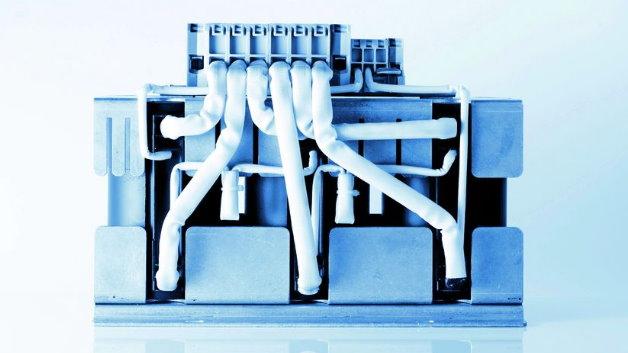 Sein Produktprogramm an induktiven Komponenten hat SMP Sintermetalle Prometheus (Halle 6, Stand 306) um magnetisch gekoppelte Bauelemente erweitert. Je nach Anwendung eignen sie sich als Übertrager, Mittelfrequenztransformator, flusskompensierte Drossel oder steuernde Drossel. Letztere werden durch transformatorische Nutzung einer zusätzlichen Wicklung realisiert. Sie werden zum Beispiel für Steuersignale, zur Sättigungsüberwachung der Drossel, zur Strommessung, zur Güteeinstellung mit Wärmeentlastung der Drossel und eventueller Energierückgewinnung oder zur gezielten Induktivitätseinstellung durch Vormagnetisierung des Magnetmaterials verwendet. Die Bauelemente sind für Ströme von bis zu 2000 A und Frequenzen von bis zu 500 kHz, in Spezialanwendungen bis zu 2 MHz, ausgelegt.