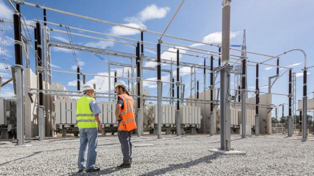 400-kV-AC-Freiluftanlage und Leistungstransformatoren einer Stromrichterstation der HGÜ-Verbindung zwischen Frankreich und Spanien