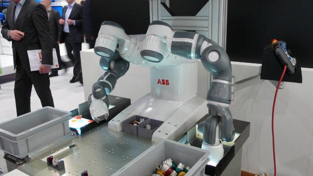 Der Roboter bei der Kleinteilemontage: Er holt ein Bauteil aus der Box …