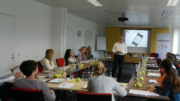 Dass die Wahrnehmung der Personalabteilung nicht deckungsgleich mit der der Mitarbeiter sein muss, veranschaulicht Dr. Wolfgang Feige von der zeag GmbH mit einer Übung.