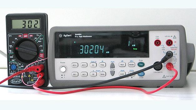 Bild 5. Strommessung mit dem hinzugefügten Messbereich. Nach erfolgter Kalibrierung kann das Multimeter Ströme bis 2000 mA präzise messen.