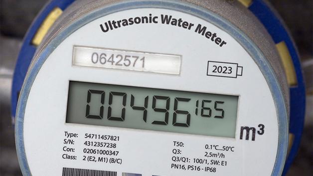 Die acam-messelectronic gmbh stellte mit dem TDC-GP30 ein neues Mitglied seiner UFC (Ultrasonic Flow Converter) Familie vor. Der TDC-GP30 ist eine System-on-Chip-Lösung mit niedrigem Stromverbrauch, der alle Messaufgaben bis zum kalibrierten Ausgabewert übernimmt. Der TDC-GP30 funktioniert als komplette Frontendlösung mit integrierter digitaler Signalverarbeitung (32-Bit µP) bis zum eichfähigen Ausgangssignal und stellt bis zur digitalen Volumenausgabe über UART, Puls und SPI eine echte Single-Chip-Lösung dar, so dass die nachfolgende Standard-MCU ausschließlich für das Management der Kommunikation des Messgerätes - z.B. für Funk - eingesetzt werden kann. Der TDC-GP30 misst den Wasserdurchfluss mit Hilfe von hochpräzisen Zeitdifferenzen von Ultra-schallimpulsen in Richtung des Flusses sowie gegen den Fluss. Beim Einsatz in Kaltwasserzählern werden die gemessenen Laufzeiten des Ultraschallimpulses zusätzlich auch zur notwendigen Temperaturmessung des Wassers herangezogen und die Temperaturabhängigkeit der Schallgeschwindigkeit damit nutzbringend eingesetzt.  Bei einer Messrate von 8 Hz benötigt der gesamte TDC-GP30 inklusive aller Berechnungen und mathematischen Korrekturen des Flusses ca. 8 µA. Bei Wasserzählern kann damit eine Betriebsdauer von mehr als 20 Jahren erreicht werden.