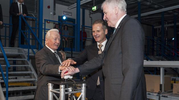Rund 2,5 Jahre später, am 13.November 2014, wurde die Erweiterung des Logistikzentrums in Betrieb genommen. (von links nach rechts: Klaus Conrad, Werner Conrad und der Bayerische Ministerpräsident Horst Seehofer geben das Startsignal für die neue Logistik)