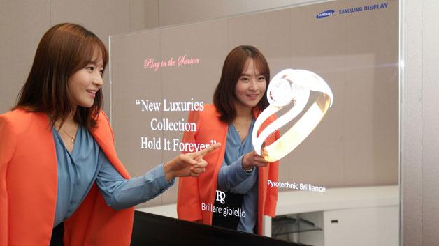 Samsungs Spiegel-OLED-Displays mit integrierter Real Sense Technik von Intel wurden in erster Linie für den Einzelhandel konzipiert. Das erste Modell soll Kunden des chinesischen Schmuckanbieters Chow Sang Sang eine virtuelle Anprobe ermöglichen.