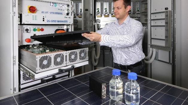 »Intelligente« Gleichstrom-Energienetze und die Integration von Lithium-Ionen Batterien. Das System wird um einen neuartigen chemischen Speicher auf Basis der LOHC-Technologie (Liquid Organic Hydrogen Carrier) für die saisonale Energiespeicherung ergänzt.
