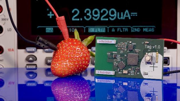 Funkmodul »Tag V1.0« mit Wake-up-Receiver, versorgt durch eine Erdbeerbatterie.