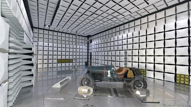In der neuen Halle können die Störaussendung und –empfindlichkeit eines Autos gemessen werden. Durch den Rollenprüfstand kann das Auto dabei bis zu 100 km/h fahren.