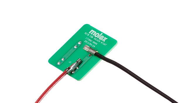 Mit »SolderRight« hat Molex Kontakte geschaffen, mit denen sich Drähte an Leiterplatten möglichst flach zuverlässig anlöten lassen. Neben einem flachen Profil zeichnet sich der einteilige SolderRight-Crimp-Lötanschluss durch besondere Designmerkmale aus. Dazu gehören z.B. eine Vielzahl von Kontakt- und Drahtgrößen, Lötstifte, die zwischen Isolierung und Leitercrimpung angeordnet sind, sowie doppelte Lötstifte. Die Drahtgrößen der Kontakte reichen von 14AWG bis 28AWG und ermöglichen die Übertragung von Signalen und Stromversorgung bei Optimierung des Platzverbrauchs auf der Leiterplatte.