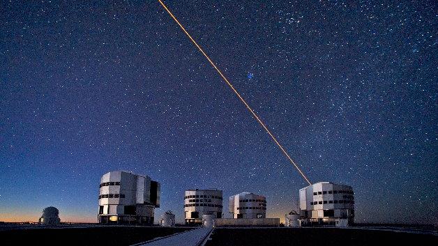 Künstlicher Stern am Himmel über dem VLT