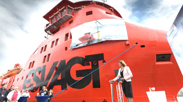Im Hafen von Rostock-Warnemünde wurde eines von zwei neuen Schiffen der Offshore-Service-Flotte von Siemens auf den Namen