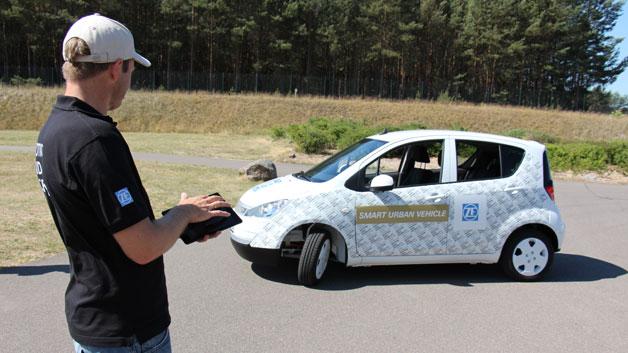 """Im """"Smart Urban Vehicle"""" testet ZF das Zusammenspiel von Elektroantrieb mit einer Lenkung mit 75 Grad Einschlag, die Fernsteuerung des Fahrzeugs mit Einparkassistent sowie die cloudbasierte Fahrerassistenzfunktion """"PreVision Cloud Assist""""."""