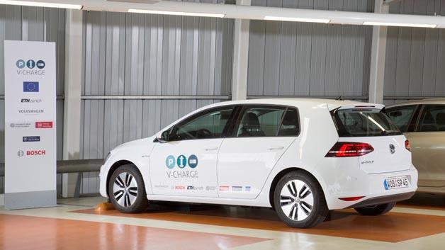 Valet-Parken ist die Zukunft. Das Projekt V-Charge geht einen Schritt weiter: Das E-Fahrzeug sucht sich selbst einen freien Parkplatz mit induktiver Ladeinfrastruktur.
