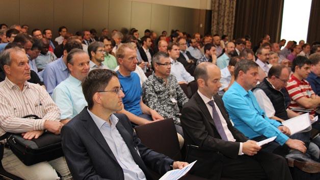 Gespanntes Warten auf die Keynote von Holger Junker vom Bundesamt für Sicherheit in der Informationstechnik.
