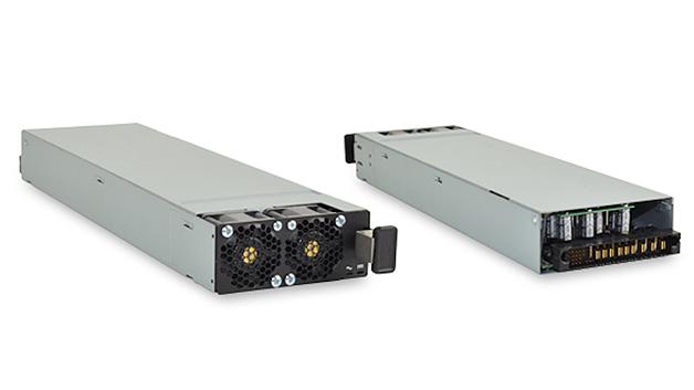 Das »PSE-3000-54« für Power-over-Ethernet-Anwendungen ist CUIs neuester Vertreter der Front-End-AC/DC-Netzgeräte mit 3 kW. Ab Werk lässt sich der Ausgang von 42 bis 55 V einstellen; somit eignet sich das Netzteil für Telekommunikations- und Netzwerkanwendungen. Neben einer (n+1)-Redundanz zählt das Hot-Swap-Blind-Docking – ein Stecker für AC-, DC- und E/A-Signale – zu den wesentlichen Eigenschaften des 40,64 × 101,6 × 355,6 mm³ großen Netzgeräts. Schutz gegen Überspannung, Überstrom, Übertemperatur und Unterspannung am Eingang ist ebenfalls integriert. Um mehrere Netzteile parallel schalten zu können, stellt der 54-V-Ausgang bis zu 55,5 A mit Droop-Stromteilung bereit. Der Ausgang ist schwebend und bietet speziell für PoE-Anwendungen eine Isolation von 1500 Veff. Zur Überwachung und Steuerung des Moduls steht eine Kommunikationsschnittstelle für I²C/PMBus-Protokoll zur Verfügung. Je nach Anforderung der Anwendung an die Kühlung steht die Serie in Konfigurationen mit Front-to-Back- oder Back-to-Front-Luftstrom zur Verfügung.