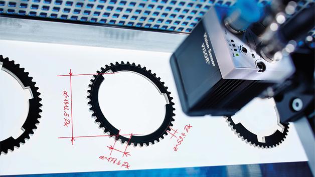Polytec erweitert sein Vision-Sensor-Angebot um den neuen Visor Allround. Der Vision-Sensor bewältigt mehrere gängige Aufgabenbereiche, für die bisher unterschiedliche Sensoren erforderlich waren: Er lässt sich sowohl als Objektsensor, für Muster-, Kontur-, Lageerkennung und Zählaufgaben, als Codesensor für die Erkennung von Barcodes, Datamatrix oder Klarschrift, als auch für Farberkennungsaufgaben einsetzen. Sowohl in der Monochrom-Version als auch in der Farbversion stehen bis zu 1,3 Megapixel zur Verfügung. Alle aktuellen Vision-Sensoren sind mit neuen Softwarefunktionen ausgestattet, die einen sogenannten Messschieber beinhalten. Damit können Abstände zwischen beliebigen Objektmerkmalen ermittelt und so beispielsweise Längen, Breiten oder Durchmesser subpixelgenau bestimmt werden.