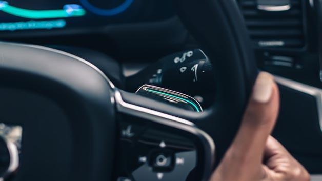 Der Fahrer kann den autonomen Fahrmodus über speziell gestaltete Wippen am Lenkrad aktivieren und deaktivieren.