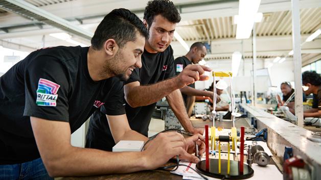 In der Rittal Ausbildungswerkstatt in Eschenburg-Wissenbach erlernen die Flüchtlinge im Vorbereitungspraktikum Grundfertigkeiten der Metall- und Elektrotechnik.