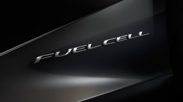Das Herzstück des LF-LC ist ein Hochleistungs-Brennstoffzellen-Antrieb, der primär die Hinterräder antreibt, zusätzlich aber auch die beiden Radnaben-Elektromotoren an der Vorderachse mit Energie versorgt.