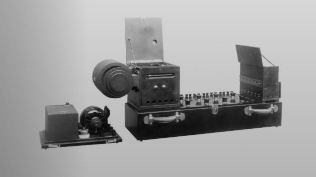 Yokogawa 100-09 Oscillograph:  1924 - Das Ministry of Communications Electrical Testing Center bittet Yokogawa, einen tragbaren Oszillographen zu entwickeln. Nach einigen mühsamen Versuchen mit verschiedenen Materialien und Designs gelingt es. Die Nachfrage ist viel höher als erwartet, und immer mehr Kunden erkennen die technischen Kompetenzen des Unternehmens. Das führt in den folgenden Jahren zu neuen Möglichkeiten, Geräte mit noch höherer Genauigkeit zu entwickeln.