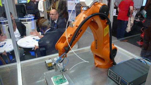Der Kleinroboter »KR Agilus« von Kuka (Halle A2, Stand 534) eignet sich für viele Anwendungen in der Elektronikfertigung. Er ist mit fünf oder sechs Achsen erhältlich. Hier …
