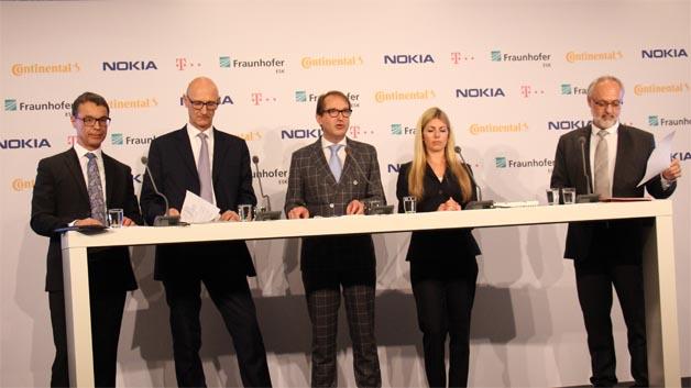 Ralf Lenninger (Continental), Tim Höttges (Telekom), Alexander Dobrindt, Kathrin Buvac (Nokia Networks) und Prof. Dr.-Ing. Rudi Knorr stellen das Projekt »Digitales Testfeld Deutschland - Auf dem Weg zu 5G« vor (vlnr).