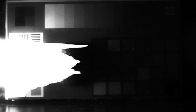 Aufnahme einer Lichtquelle (links) mit Schattenbereich (rechts) mit der EMCCD-Methode. Deutlich zu sehen ist die Übersteuerung des hellen Bereichs. Details im Schattenfeld werden nicht dargestellt.