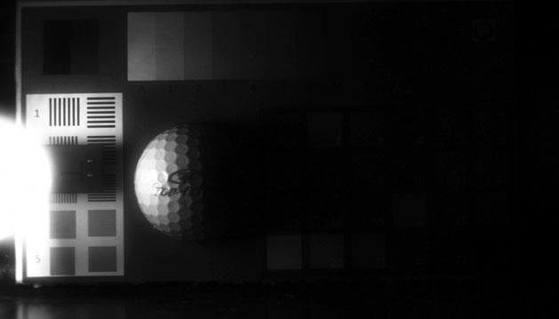Dasselbe Bild, diesmal mit einem CCD-Bildsensor mit Interline Transfer Technik aufgenommen. Das Übersteuern wird kompensiert, Kontraste nahe der Lichtquelle sind sichtbar - aber nicht im Schattenbereich.